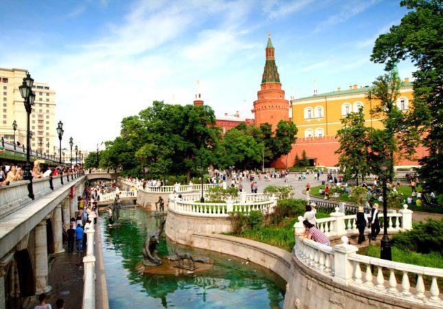 Александровский сад, мужду Кремлевской стеной и Манежной площадью