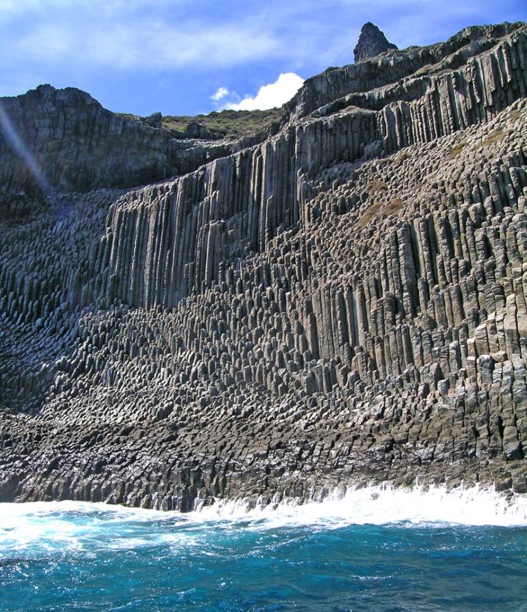 Самые красивые скалы Лос Органос: Естественное произведение искусства    Потрясающее зрелище - Скалы Лос Органос (ориг. Los Organos) расположены на острове Ла Гомера у северного побережья Перу. Эти захватывающие горные образования являются самыми красивыми скалистыми образованиями базальта на Канарских островах. Тонкие утесы возвышаются из моря на высоту в 800 метров. Столбы выглядят, словно трубы органа, и отсюда возникает соответствующее имя — Лос Органос. Это остатки обширных масс лавы от однажды сильного вулкана. При охлаждении лавы появились кристаллизованные шестиугольное столбы удивительной формы. В течение долгого времени эрозия тщательно вытачивала скалы, преобразовывая их в естественное произведение искусства.