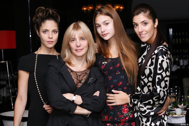Анастасия Шубская с мамой и сестрами