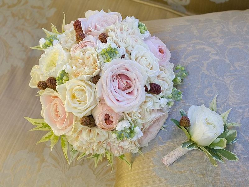 букет невесты и бутоньетка