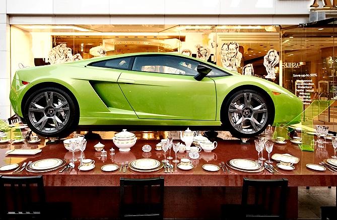Lamborghini Gallardo поставили на 4 чашки из китайского фарфора.
