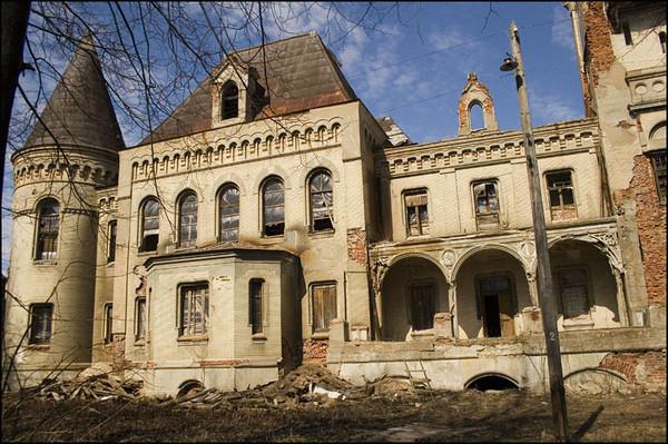 Старый особняк Понизовкина грустно смотрит на пристань. Начало 21 века.