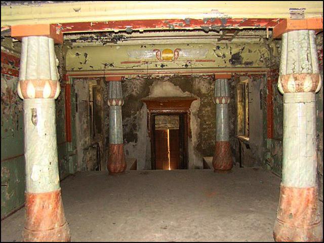 Внутри замка частично сохранившийся интерьер