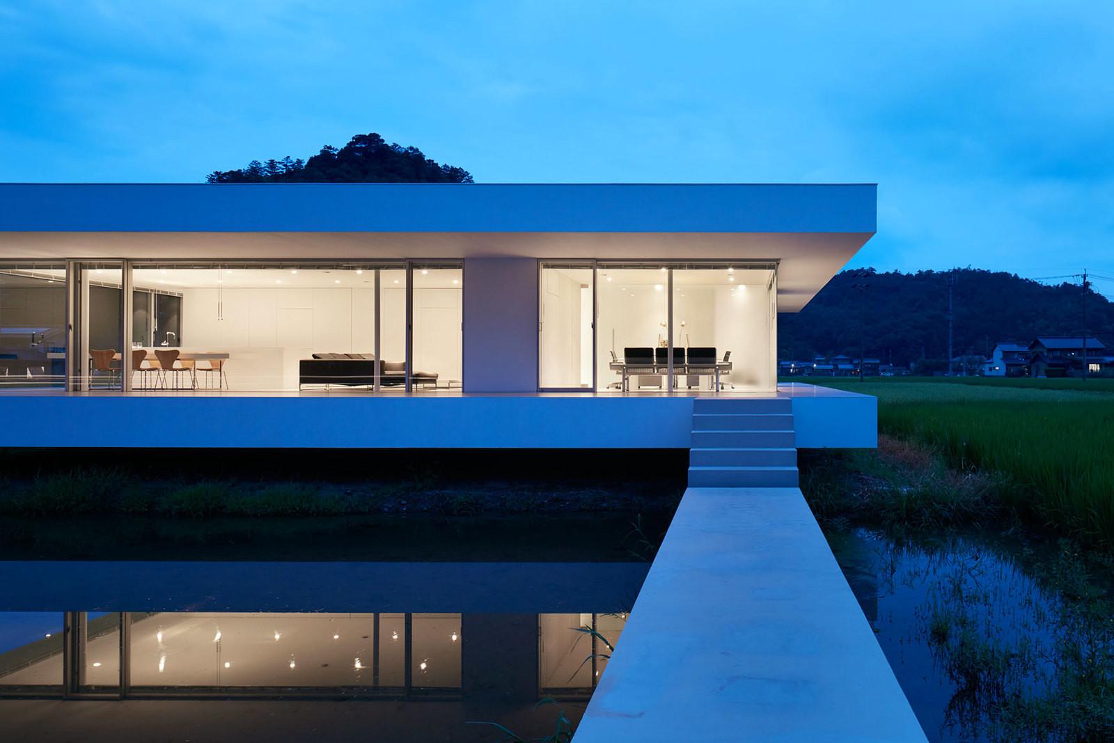 Сельский дом из стекла и стали